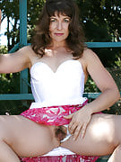 41 yr old Andie concerts her mature bush and playing in the park