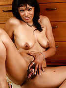 Elegant and additionally exotic Issabella spreads this girl mature and also hairy pussy