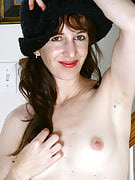 Petite 34 yr old Jane concerts of her mature and also hairy crotch