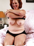 49 12 months older and additionally busty MILF Lucy A spready her hairy vagina in there